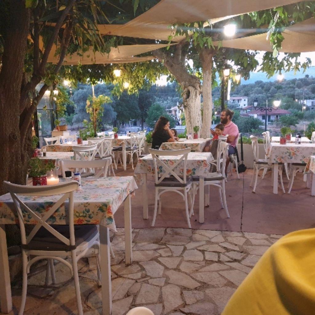 Restaurant The old plane tree Kontaraina